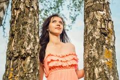 Retrato de una chica joven en un bosque del parque con los árboles de abedul Imagen de archivo