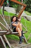Retrato de una chica joven en un oscilación Foto de archivo