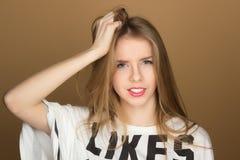 Retrato de una chica joven en una camiseta Imagen de archivo libre de regalías