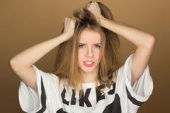 Retrato de una chica joven en una camiseta Fotografía de archivo libre de regalías