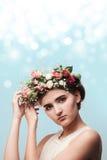 Retrato de una chica joven en una guirnalda de rosas Imagen de archivo libre de regalías
