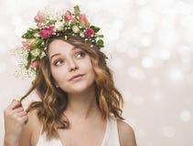 Retrato de una chica joven en una guirnalda de rosas rosadas y blancas Imagen de archivo libre de regalías