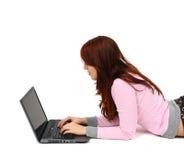 Retrato de una chica joven feliz con la computadora portátil Fotografía de archivo libre de regalías