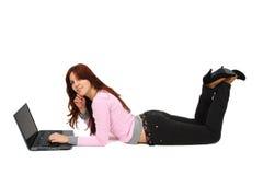Retrato de una chica joven feliz con la computadora portátil Imagen de archivo
