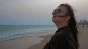 Retrato de una chica joven feliz en la costa costa del mar del verano Ciérrese encima de tiro metrajes