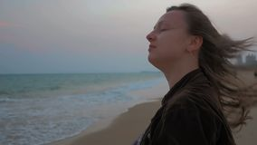 Retrato de una chica joven feliz en la costa costa del mar del verano Ciérrese encima de tiro Cámara lenta almacen de metraje de vídeo