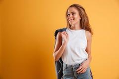 Retrato de una chica joven feliz que sostiene la chaqueta Imagen de archivo