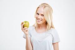 Retrato de una chica joven feliz que sostiene la manzana verde Fotos de archivo