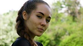 Retrato de una chica joven hermosa, cámara lenta Presentación modelo de la mujer modelo europea y sonrisa en la cámara almacen de metraje de vídeo