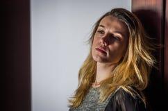 Retrato de una chica joven hermosa con el pelo largo Imagenes de archivo