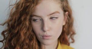 Retrato de una chica joven hermosa con el pelo rizado almacen de video