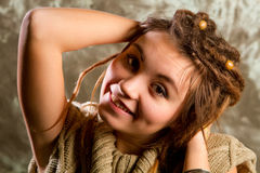 Retrato de una chica joven hermosa con los dreadlocks Fotografía de archivo