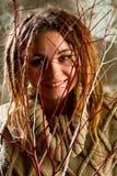 Retrato de una chica joven hermosa con los dreadlocks en el estudio sh Imagen de archivo
