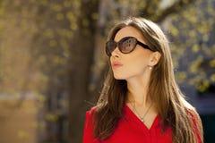 Retrato de una chica joven hermosa en camisa roja en el backgroun Imágenes de archivo libres de regalías