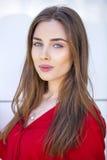 Retrato de una chica joven hermosa en camisa roja en el backgroun Foto de archivo