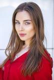 Retrato de una chica joven hermosa en camisa roja en el backgroun Fotos de archivo libres de regalías