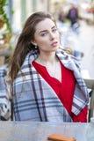 Retrato de una chica joven hermosa en camisa roja en el backgroun Imagen de archivo