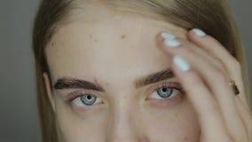 Retrato de una chica joven hermosa en el estudio almacen de metraje de vídeo