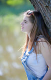 Retrato de una chica joven hermosa en el río fotos de archivo libres de regalías