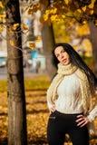 Retrato de una chica joven hermosa en paño de moda del negocio Imagenes de archivo