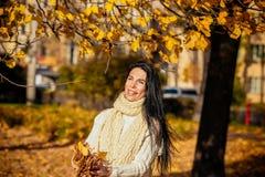 Retrato de una chica joven hermosa en paño de moda del negocio Imágenes de archivo libres de regalías