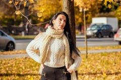 Retrato de una chica joven hermosa en paño de moda del negocio Imagen de archivo
