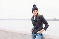 Retrato de una chica joven hermosa en sombrero negro Fotos de archivo libres de regalías