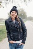 Retrato de una chica joven hermosa en sombrero negro Fotos de archivo