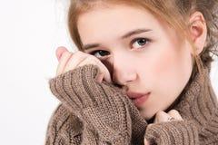 Retrato de una chica joven hermosa en un fondo ligero Foto de archivo