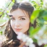 Retrato de una chica joven hermosa en un vestido del rosa de la oferta de la novia del vuelo en un fondo del campo verde, ella rí Imagen de archivo