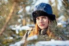 Retrato de una chica joven hermosa mientras que caza en un perno del invierno Foto de archivo