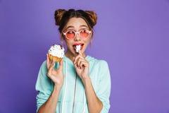 Retrato de una chica joven linda con maquillaje brillante foto de archivo libre de regalías