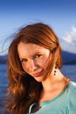 Retrato de una chica joven linda en la playa Imagenes de archivo