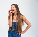 Retrato de una chica joven que come la manzana Fotografía de archivo