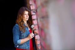 Retrato de una chica joven que espera en la ventana Imagen de archivo libre de regalías