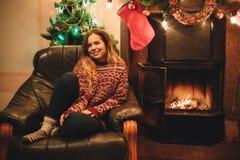 Retrato de una chica joven que mira la cámara antes de la Navidad Foto de archivo