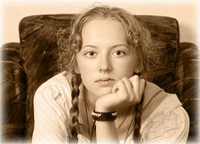 Retrato de una chica joven que se sienta en una silla Imagenes de archivo