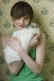 Retrato de una chica joven que sostiene un conejito afuera Fotos de archivo