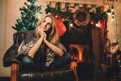 Retrato de una chica joven que sueña sobre comething antes de la Navidad Fotos de archivo libres de regalías