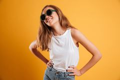 Retrato de una chica joven sonriente en gafas de sol Fotografía de archivo