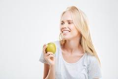 Retrato de una chica joven sonriente que sostiene la manzana verde Fotos de archivo