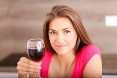 Retrato de una chica joven y de un vino rojo Imágenes de archivo libres de regalías
