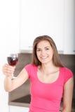 Retrato de una chica joven y de un vino rojo Fotografía de archivo libre de regalías