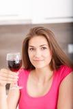 Retrato de una chica joven y de un vino rojo Fotos de archivo