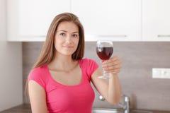 Retrato de una chica joven y de un vino rojo Imagen de archivo