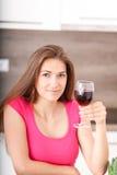 Retrato de una chica joven y de un vino rojo Foto de archivo