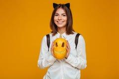 Retrato de una colegiala adolescente feliz en uniforme con la mochila Fotografía de archivo
