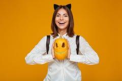 Retrato de una colegiala adolescente sonriente en uniforme Fotografía de archivo