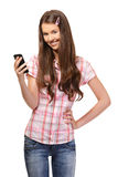 Retrato de una colegiala con el teléfono celular Foto de archivo