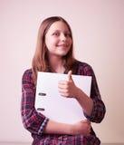 Retrato de una colegiala con la carpeta Imagenes de archivo